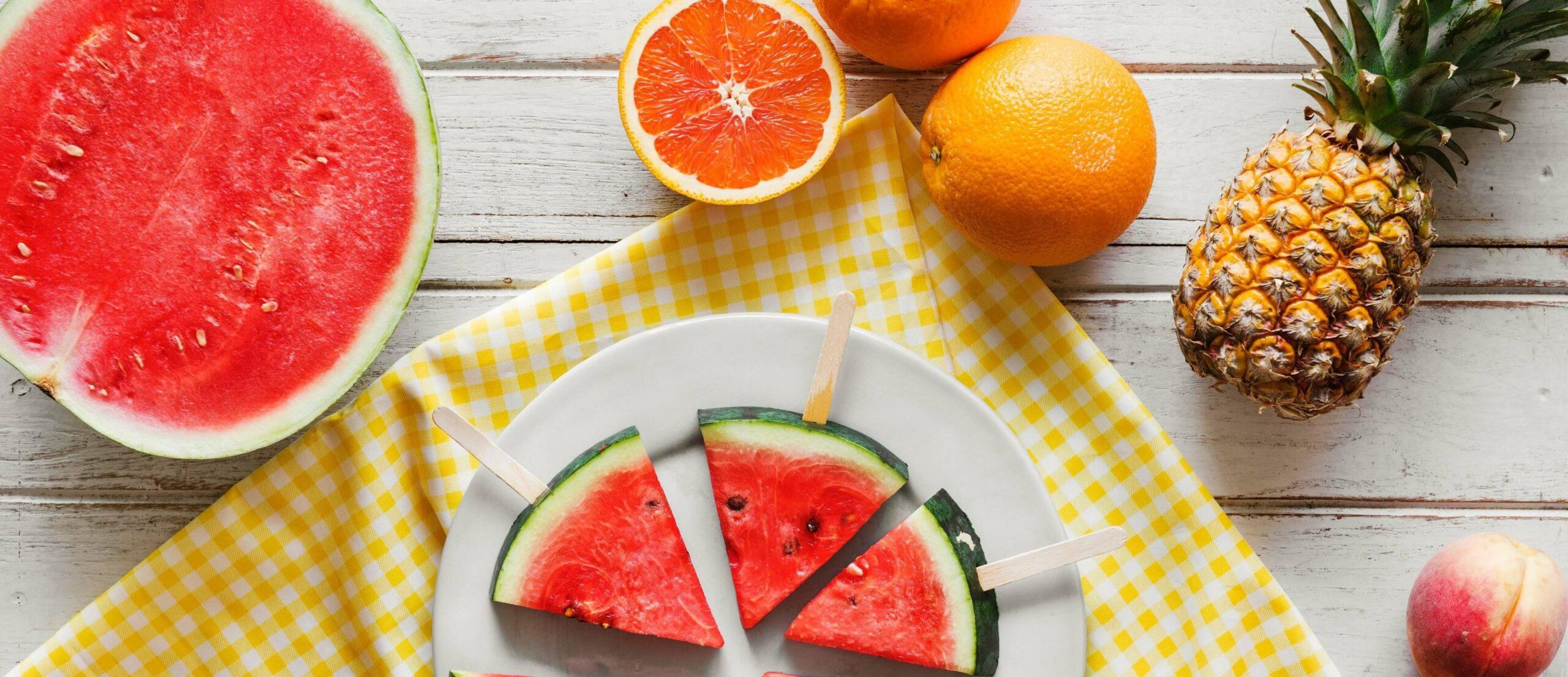 Zomers fruit op tafel