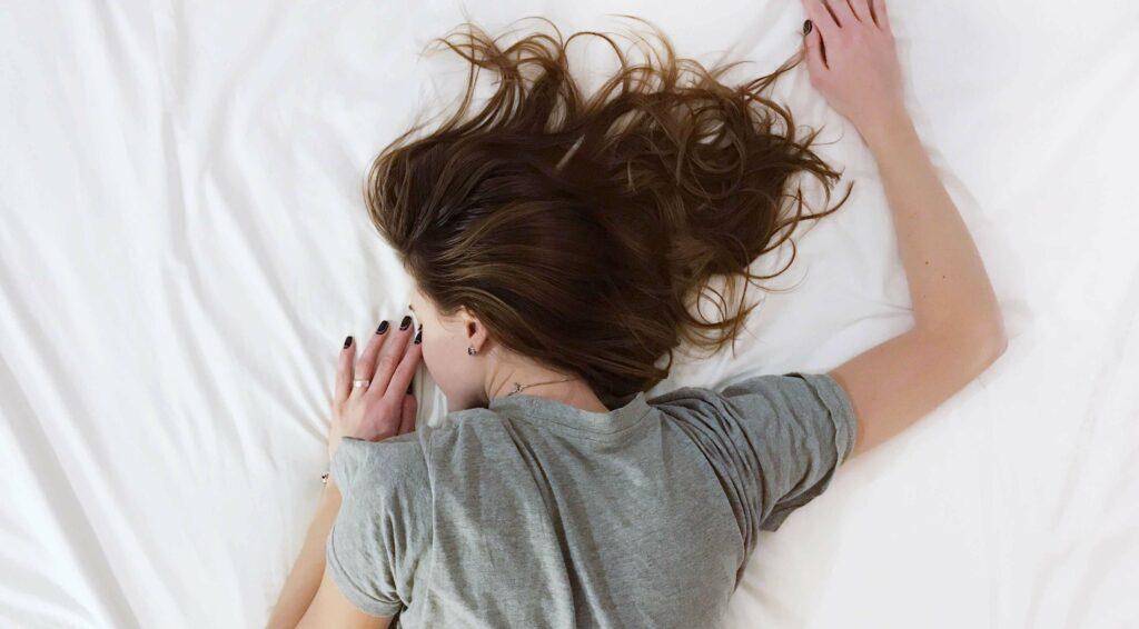 Vrouw slapend op haar buik
