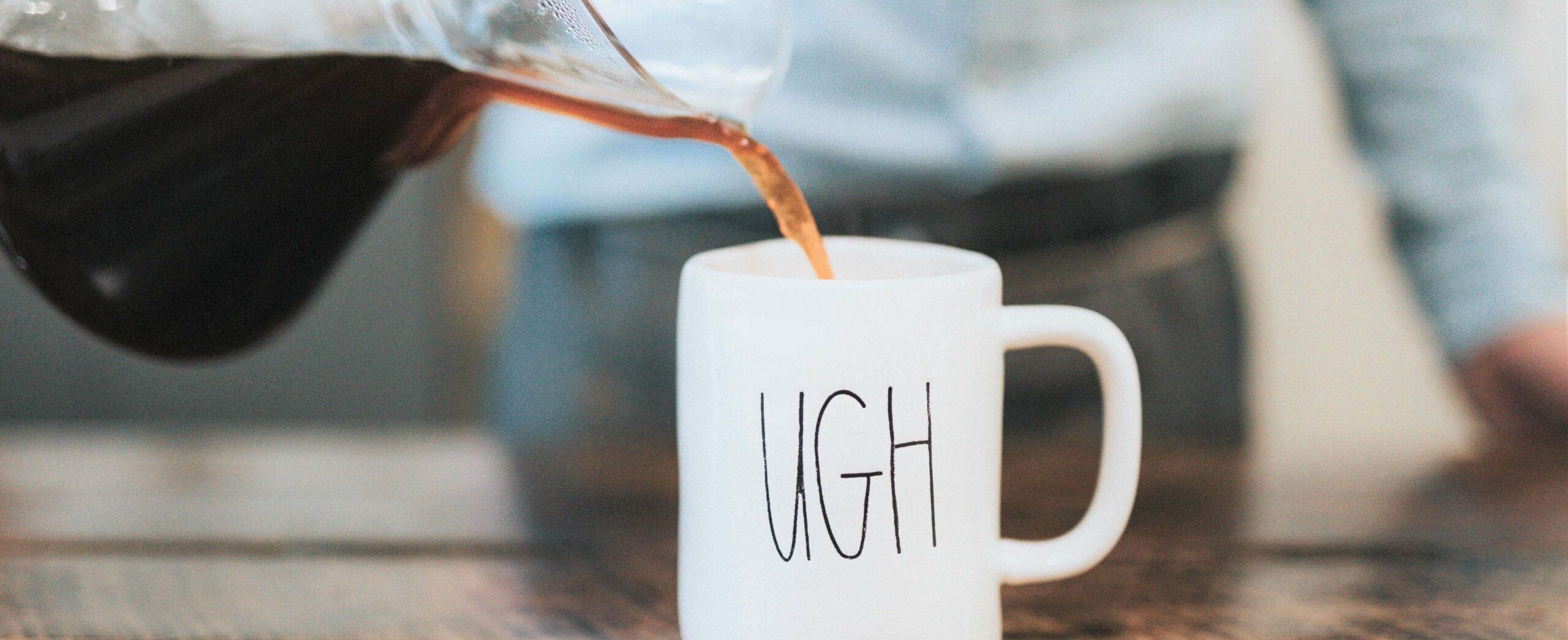 Koffiemok met in letters UGH erop