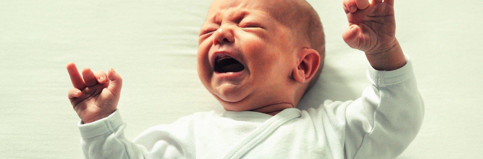 Huilende baby in witte romper