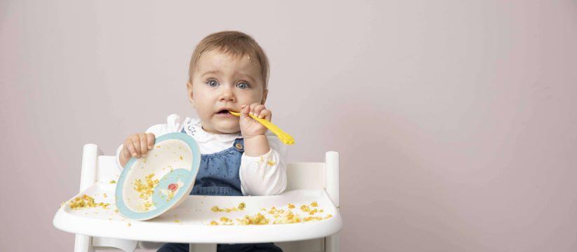 Baby spelend met eten