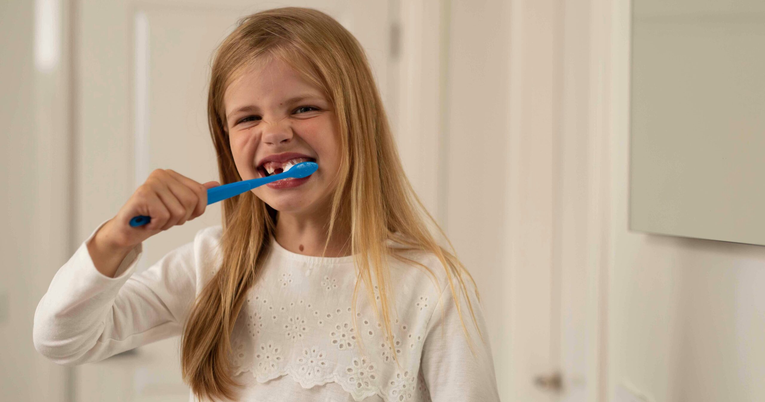 Meisje die haar tandenpoetst