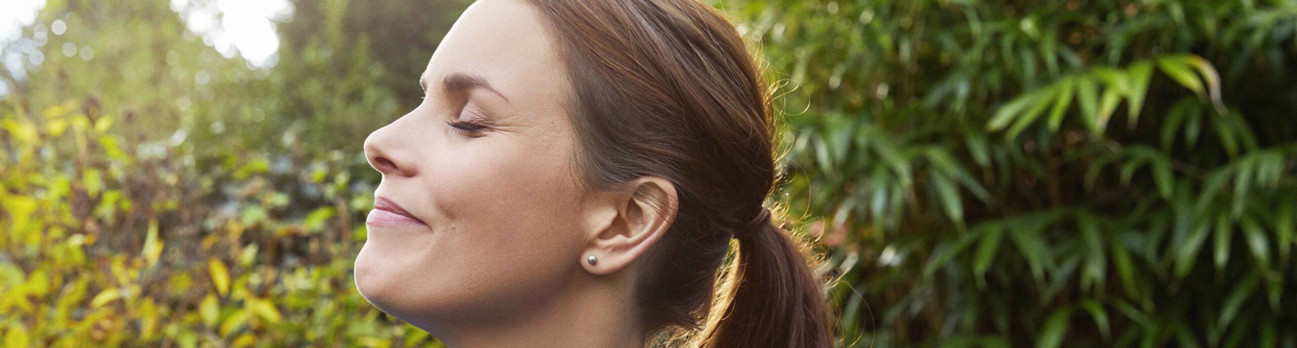 Vrouw met gezicht in de zon