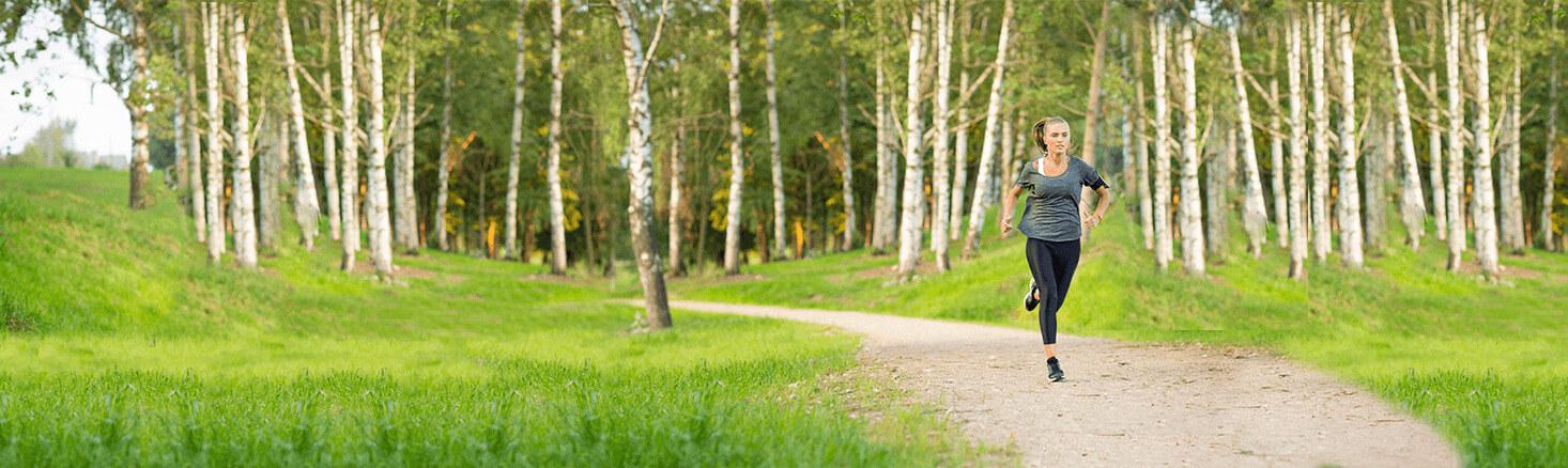 Hardlopende vrouw in het bos