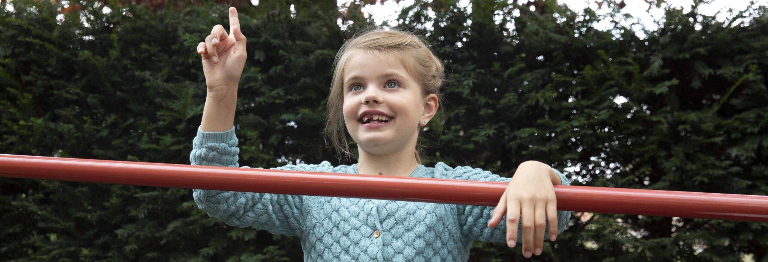 Meisje bij een klimrek