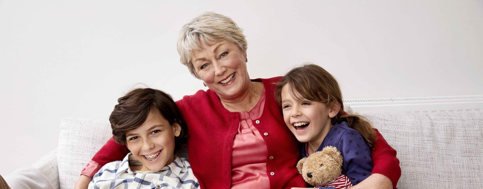 Oma met kleinkinderen op bank