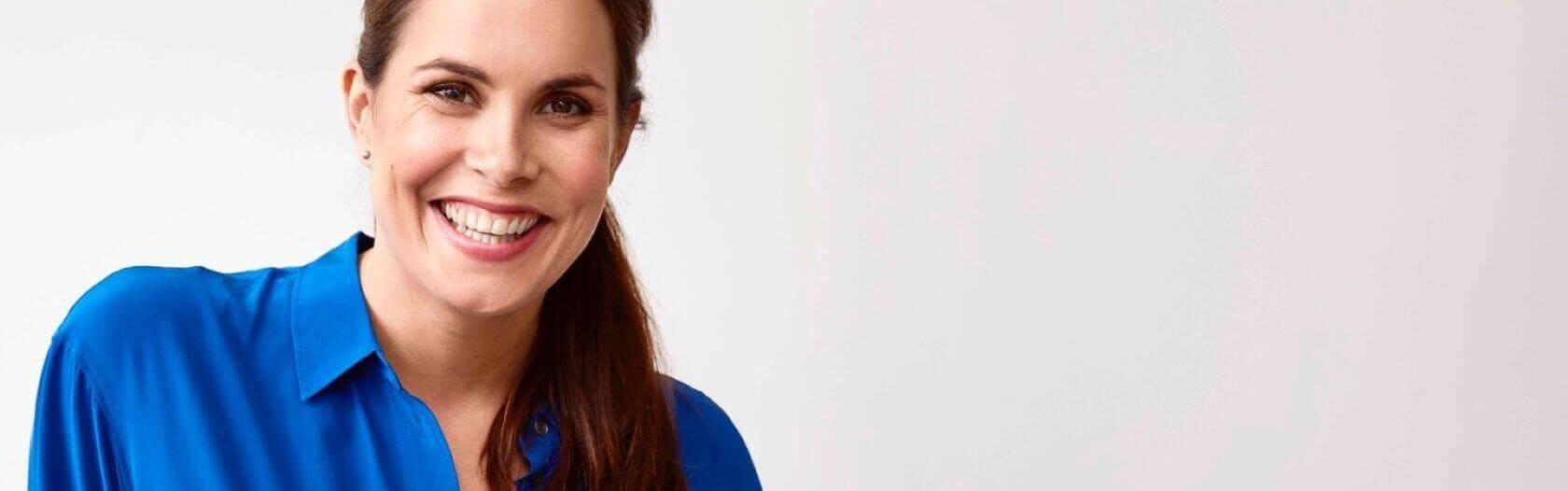 Vrouw met blauwe blouse