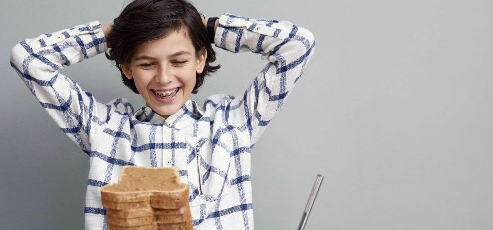 Jongen met broodjes pindakaas