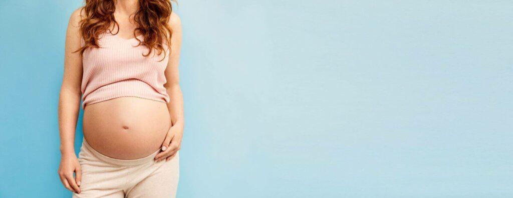 Zwangere vrouw met blote buik